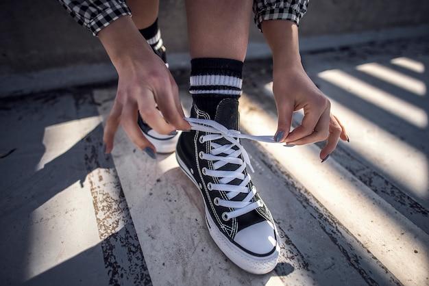 Les détails de la chaussure de femme en laissant ses baskets classiques Photo gratuit