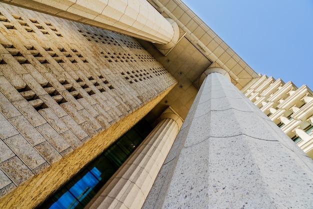Détails de la colonne de marbre gris sur le bâtiment Photo gratuit