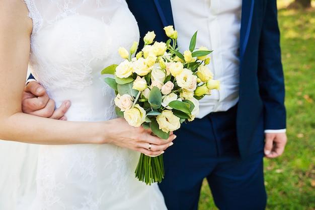 Détails du couple de mariage. pas de visage, seulement du corps et des mains. Photo Premium