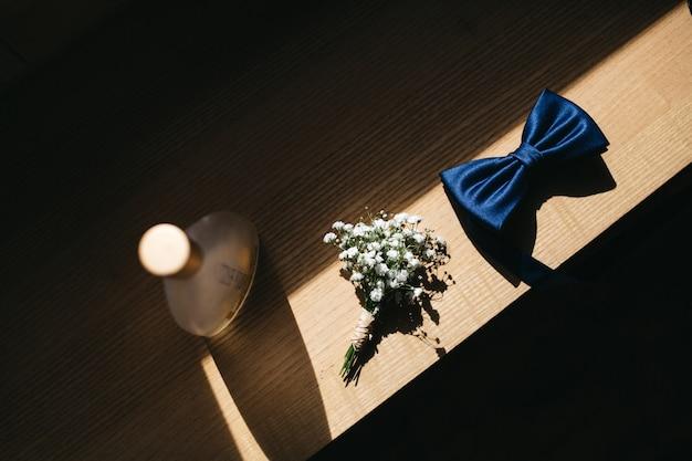 Les Détails Du Mariage Du Marié Reposent Sur Une Table Photo gratuit