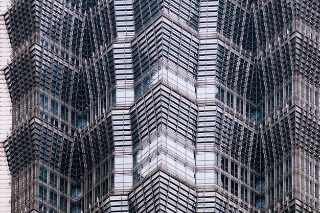 Détails de la façade d'un gratte-ciel moderne en verre et en acier agrandi. Photo Premium