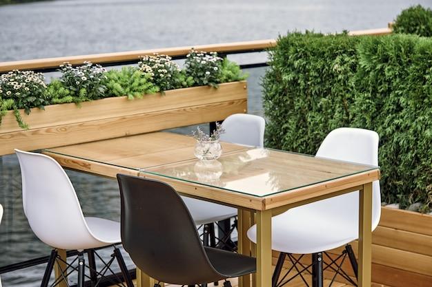 Détails Intérieurs Du Restaurant Sur Le Navire. Concept De Design D'intérieur D'un Restaurant Sur Un Navire Photo Premium