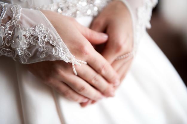 Détails de mariage de mariée - robe de mariée blanche pour une femme Photo Premium