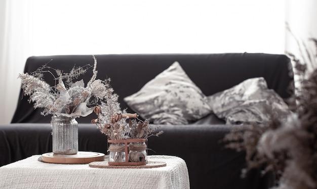 Détails De La Nature Morte Du Salon Nordique Avec Un Canapé Noir Et Une Décoration Dans Le Salon. Photo Premium