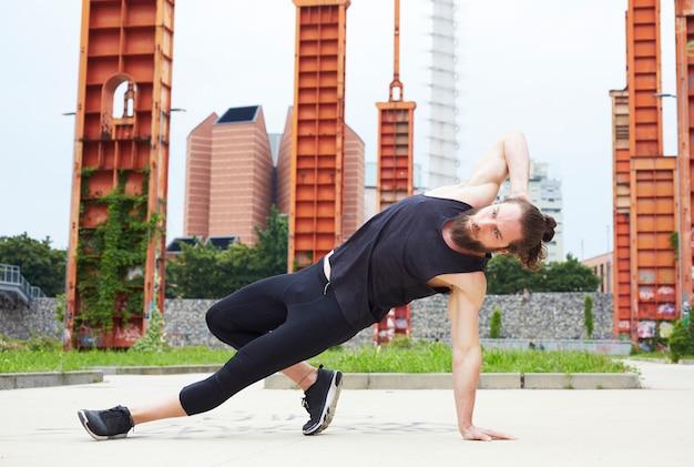 Détendu bel homme faisant des exercices de yoga Photo Premium