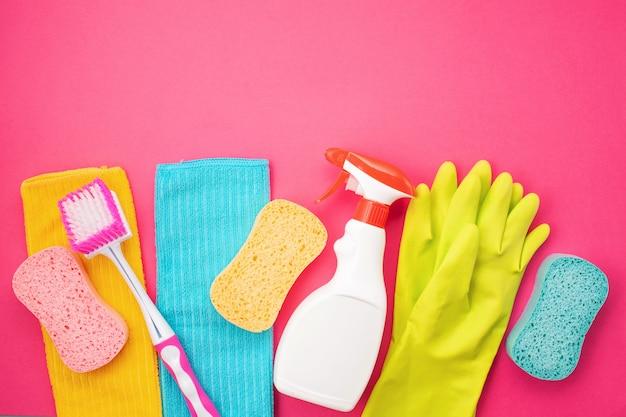 Détergents et accessoires de nettoyage de couleur pastel. Photo Premium