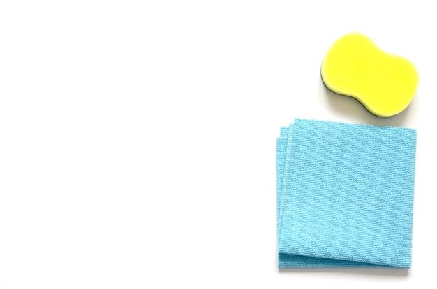 Détergents et accessoires de nettoyage. service de nettoyage, idée de petite entreprise, concept de nettoyage de printemps. lay plat, vue de dessus. Photo Premium