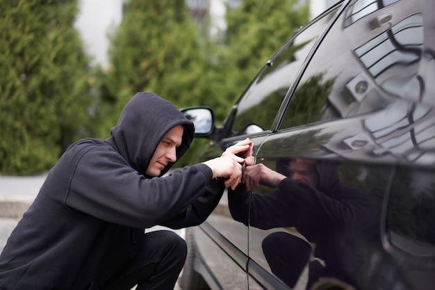 Détournements De Voiture Auto Thief Cagoule Noire Photo Premium