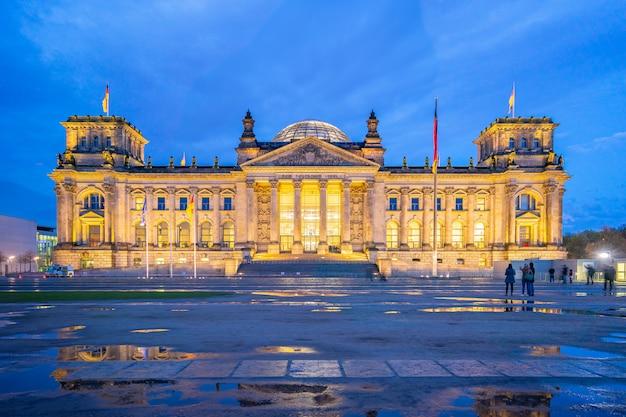 Deutscher bundestag de nuit dans la ville de berlin, allemagne Photo Premium