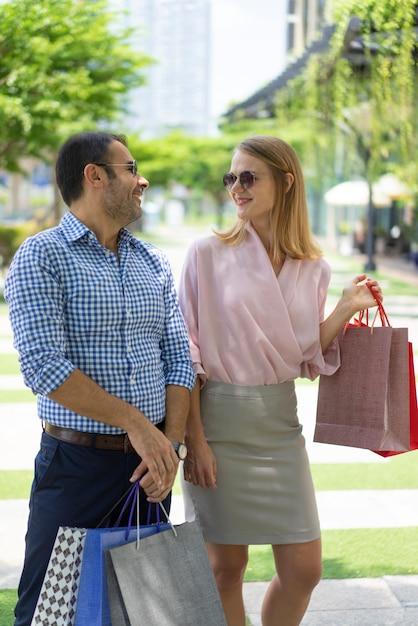 Deux acheteurs discutant des marques de mode après la visite du centre commercial. Photo gratuit
