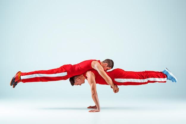 Les Deux Acrobates En équilibre Posent Photo gratuit