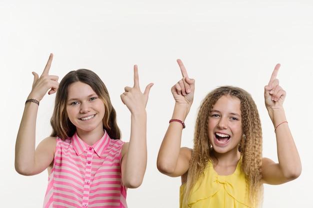 Deux adolescentes en pointant son index Photo Premium