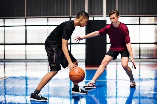 Deux, Adolescents, Jouer, Basket-ball, Ensemble, Cour Photo Premium