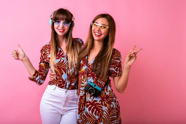 Deux Adorables Jeunes Femmes Heureux S'amusant Ensemble Photo gratuit