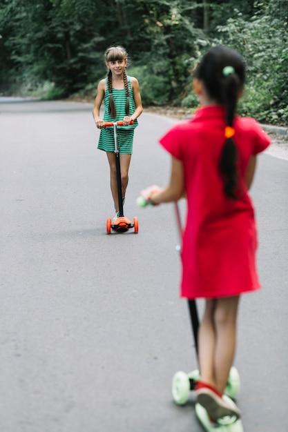 Deux, ami, debout, scooter, regarder, autre Photo gratuit