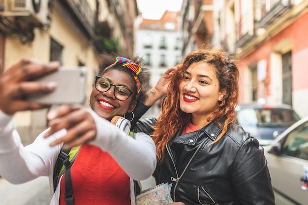 Deux Amies Adolescentes Prenant Un Selfie à L'extérieur Photo Premium