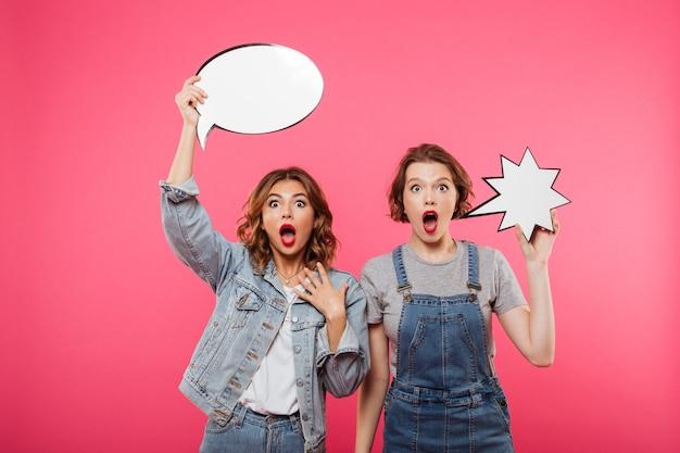 Deux Amies Choquées Tenant Des Bulles. Photo gratuit