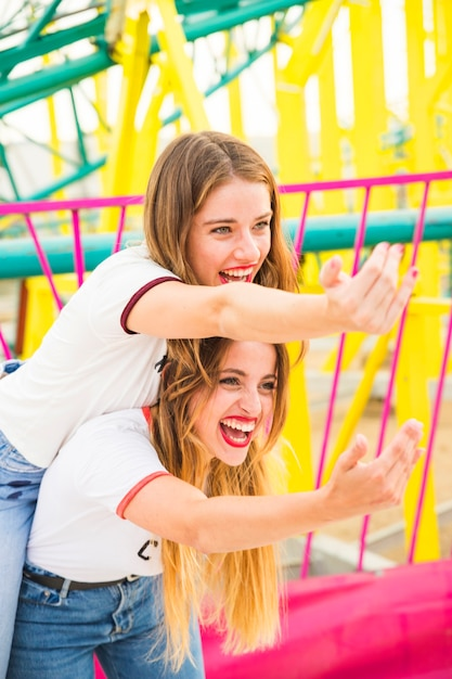 Deux amies heureuses invitant quelqu'un Photo gratuit