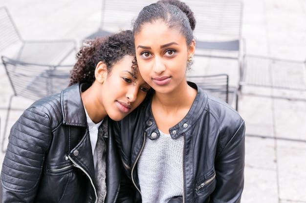 Deux Amis Adolescents Nord-africains Assis Ensemble à Parler Photo Premium