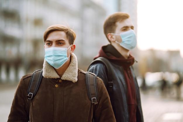 Deux Amis Dans Un Masque Médical Stérile Protecteur Sur Son Visage Photo Premium