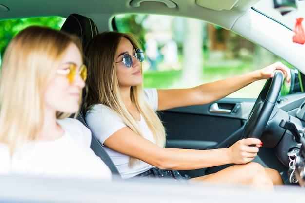 Deux Amis Heureux Dans La Voiture Conduisant Partout Et Recherchant La Liberté Et Le Plaisir Photo gratuit