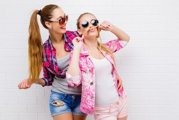 Deux Amis Qui Posent. Lifestylelish Moderne Hipster Gi Moderne Photo Premium