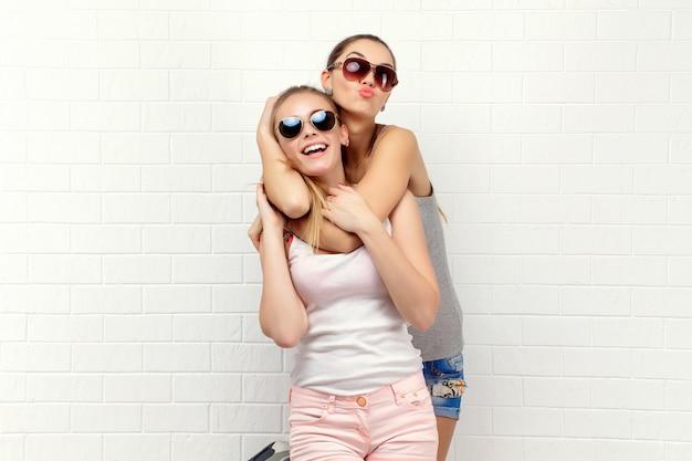 Deux Amis Qui Posent. Mode De Vie Moderne Photo Premium