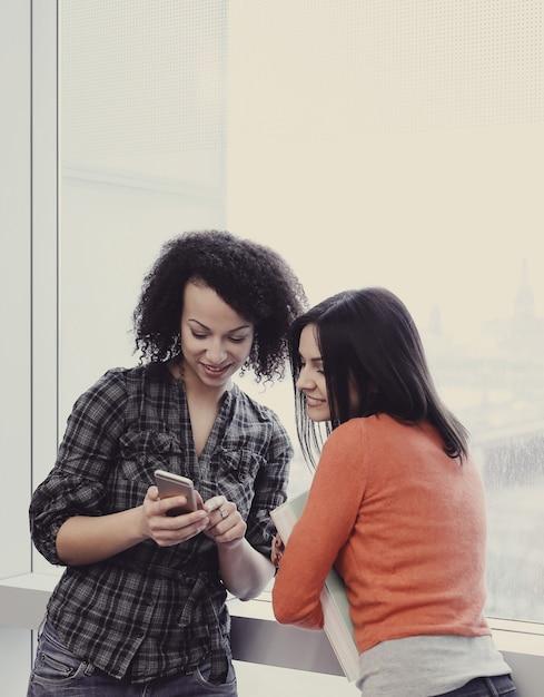 Deux Amis Avec Téléphone Photo gratuit