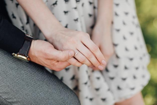 Deux amoureux, un couple, un garçon et une fille se tiennent la main Photo Premium