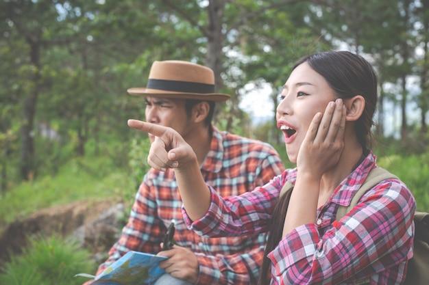 Les deux amoureux sont contents sur les collines de la forêt tropicale, randonnées, voyages, escalades. Photo gratuit