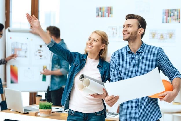 Deux architectes designers posant avec des papiers. Photo Premium