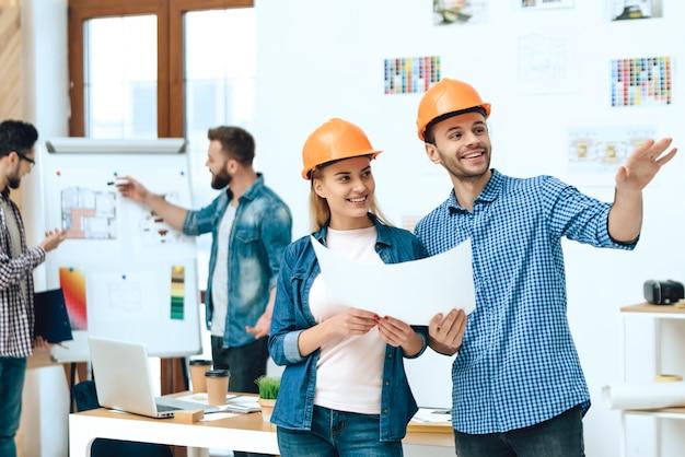 Deux architectes designers posant avec des papiers Photo Premium