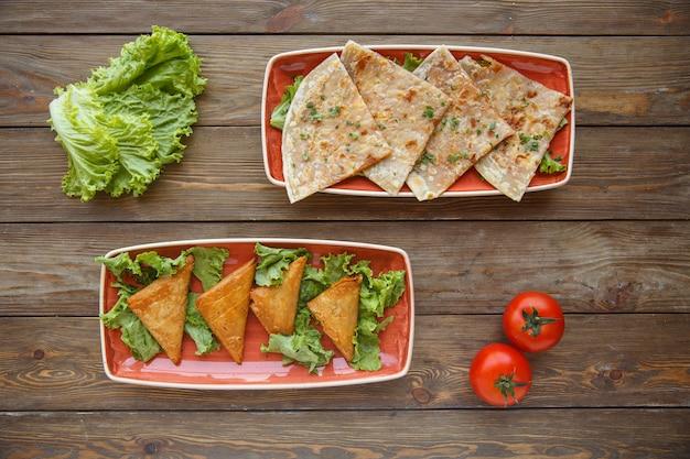Deux Assiettes De Pain Plat Enveloppent Gutab Et Alésage Triangulaire Photo gratuit