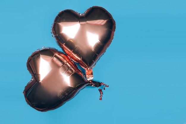 Deux Ballons En Forme De Coeur Sur Fond Bleu Photo Premium