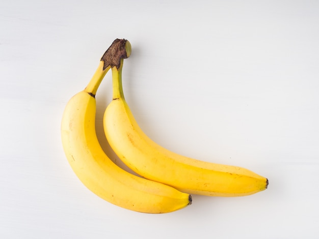 Deux bananes sur fond blanc. lay plat minimal Photo Premium