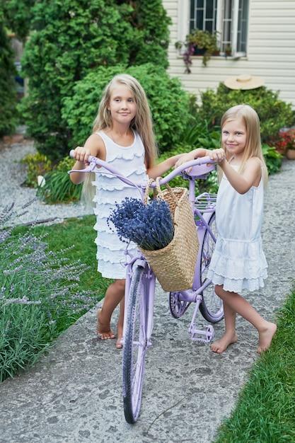 Deux, bébé, filles, chapeaux, panier, lavande, jardin été Photo Premium
