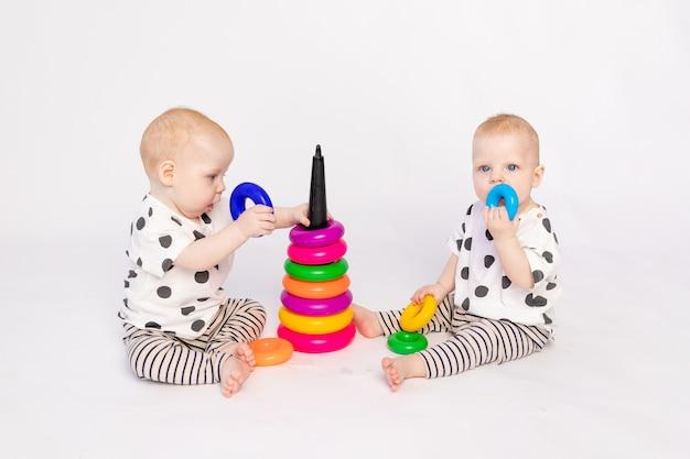 Deux Bébés Jumeaux Dans Les Mêmes Vêtements Photo Premium