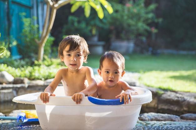 Deux Bébés Prenant Un Bain Ensemble Photo Premium