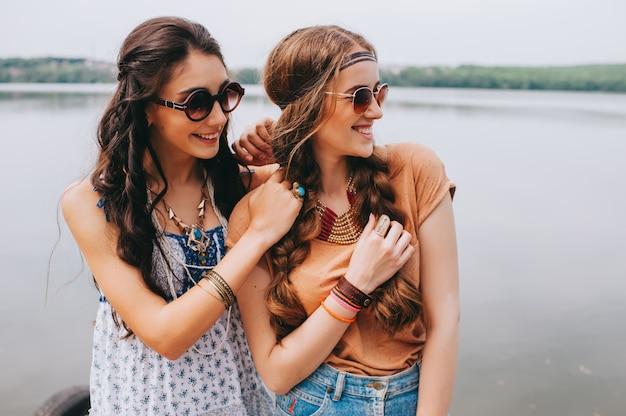 Deux belles amies sur le quai Photo Premium