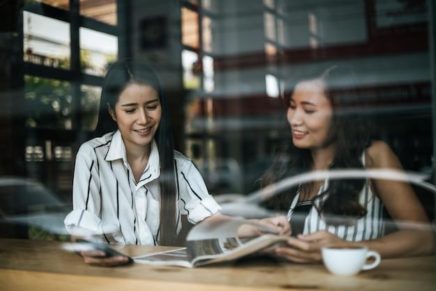 Deux belles femmes qui parlent de tout au café Photo gratuit