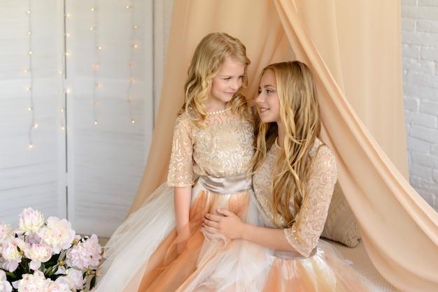 Deux belles filles avec une belles robes Photo Premium