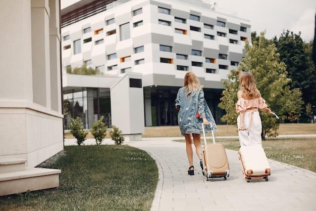 Deux belles filles debout près de l'aéroport Photo gratuit