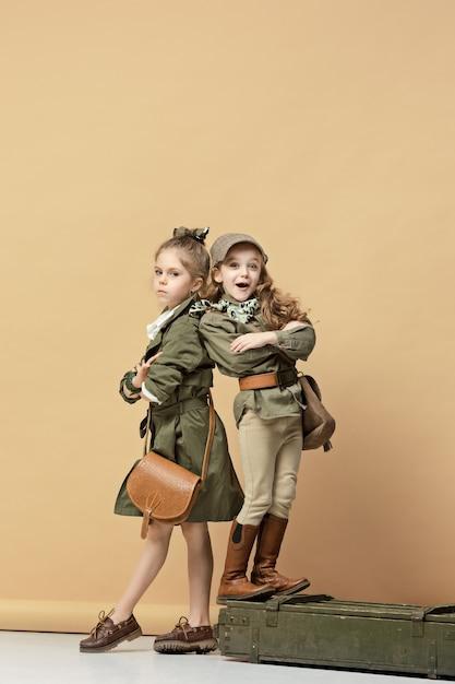 Deux Belles Filles Sur Un Mur Pastel Photo gratuit