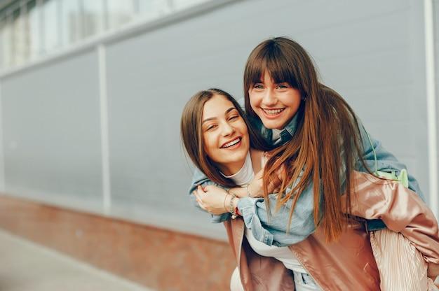 Deux belles filles se promènent dans la ville Photo gratuit