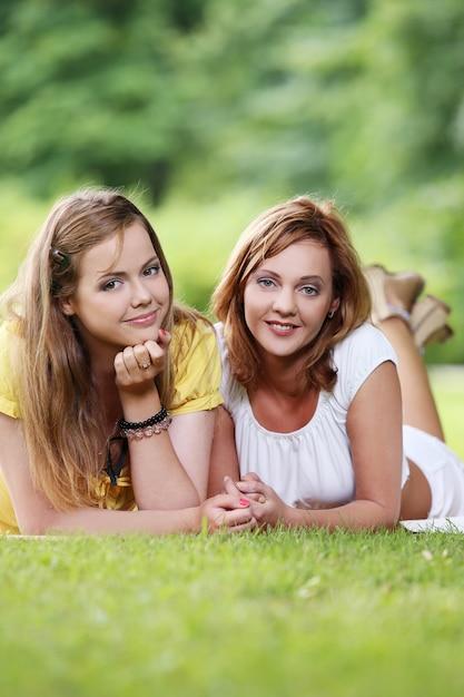 Deux belles filles suspendues dans le parc Photo gratuit