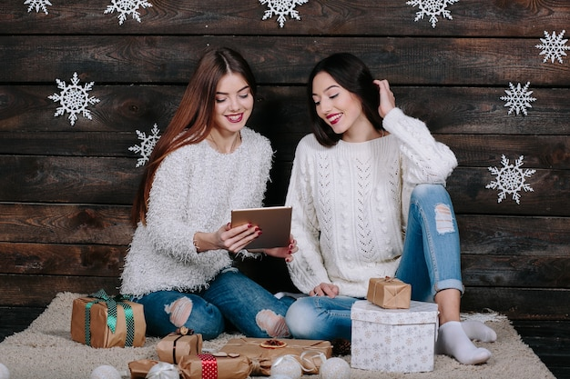 Deux Belles Filles Avec Une Tablette, Entre Les Cadeaux Photo Premium