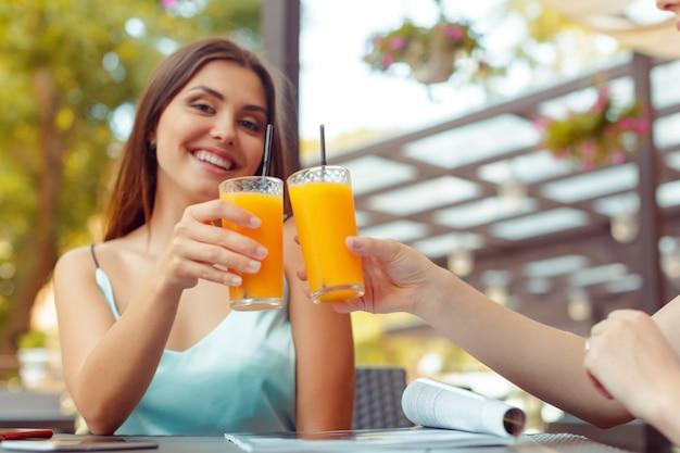 Deux belles jeunes filles assises à la table du café Photo Premium