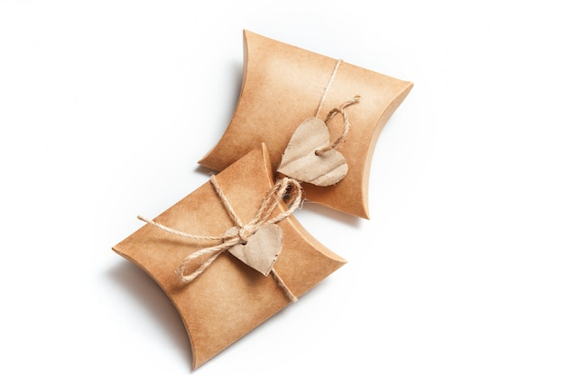 Deux boîtes pour des cadeaux avec des coeurs sur blanc Photo Premium
