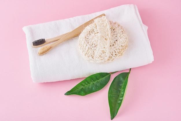 Deux Brosses à Dents En Bois écologique En Bambou, Une Serviette Et Un Gant De Toilette Sur Un Rose Photo Premium