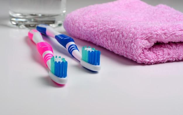 Deux brosses à dents roses et une serviette rose Photo Premium